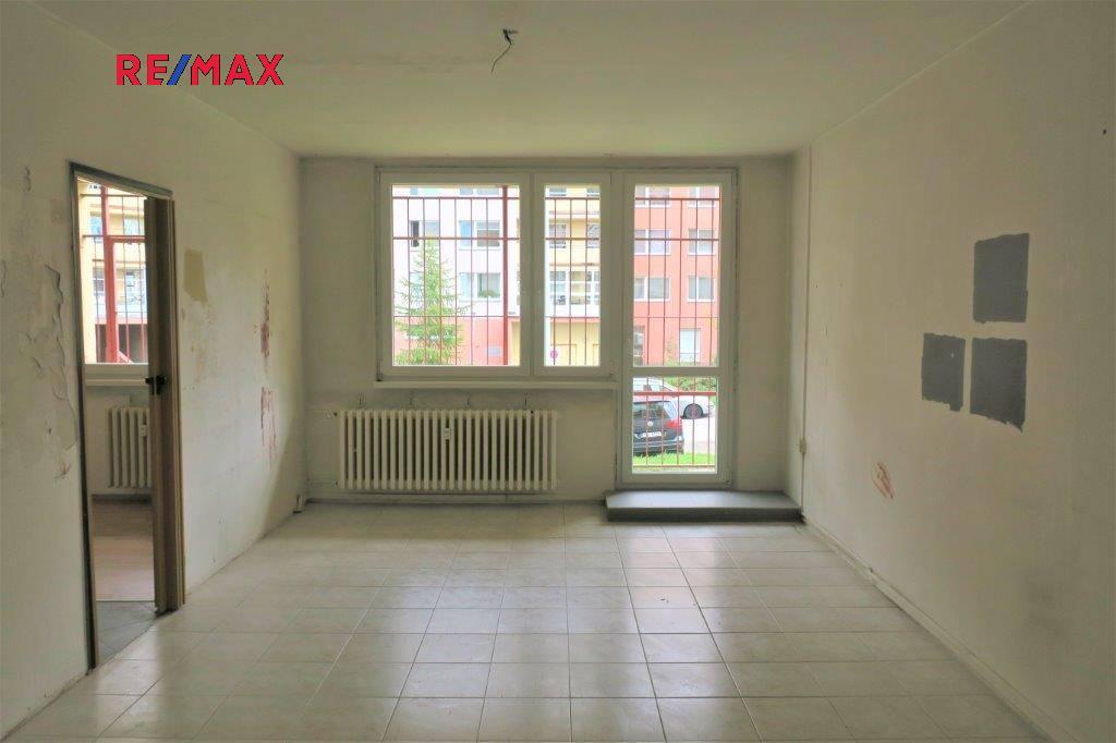 Obývací místnost s průhledem do kuchyně