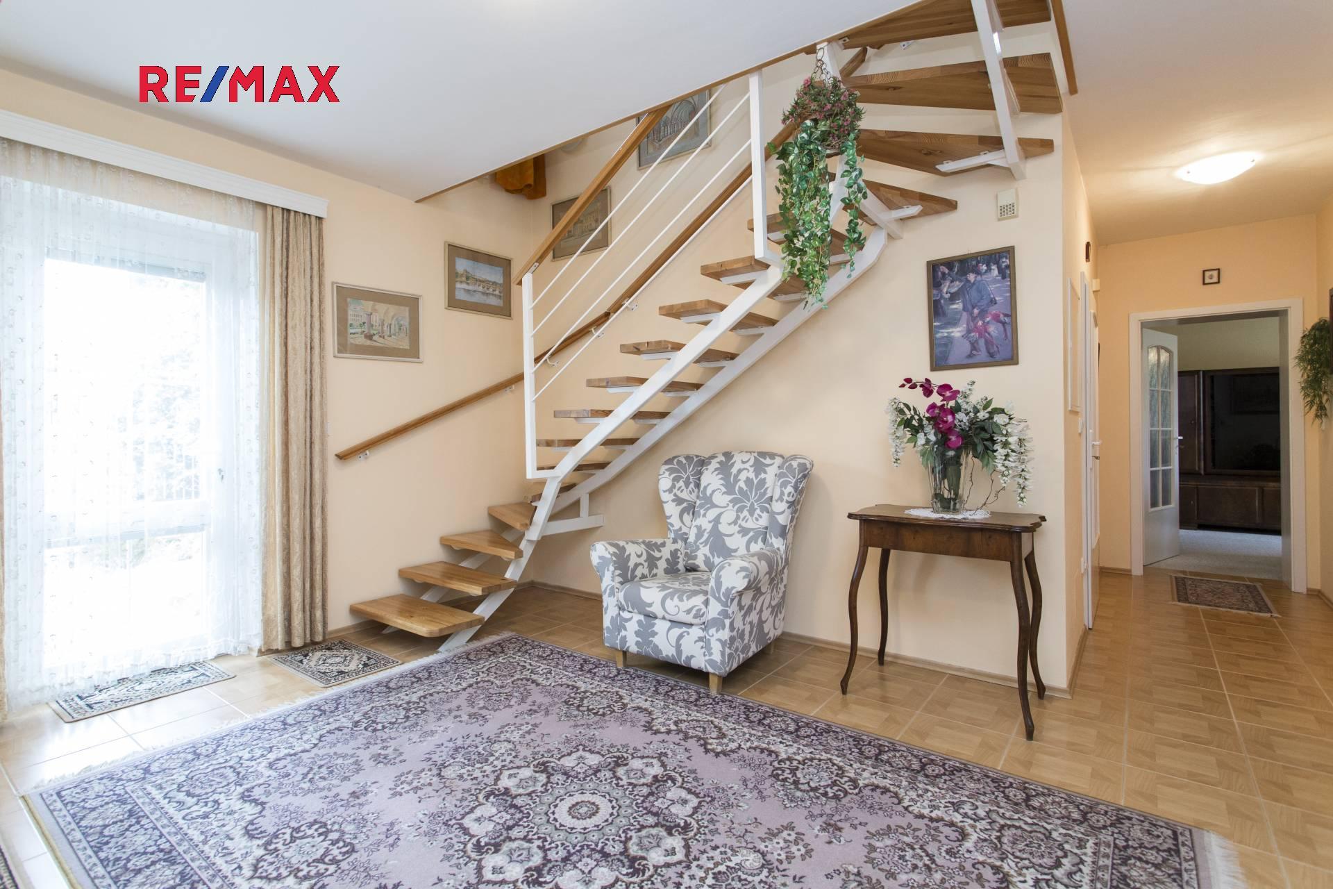 Vstupní hala se schodištěm do patra