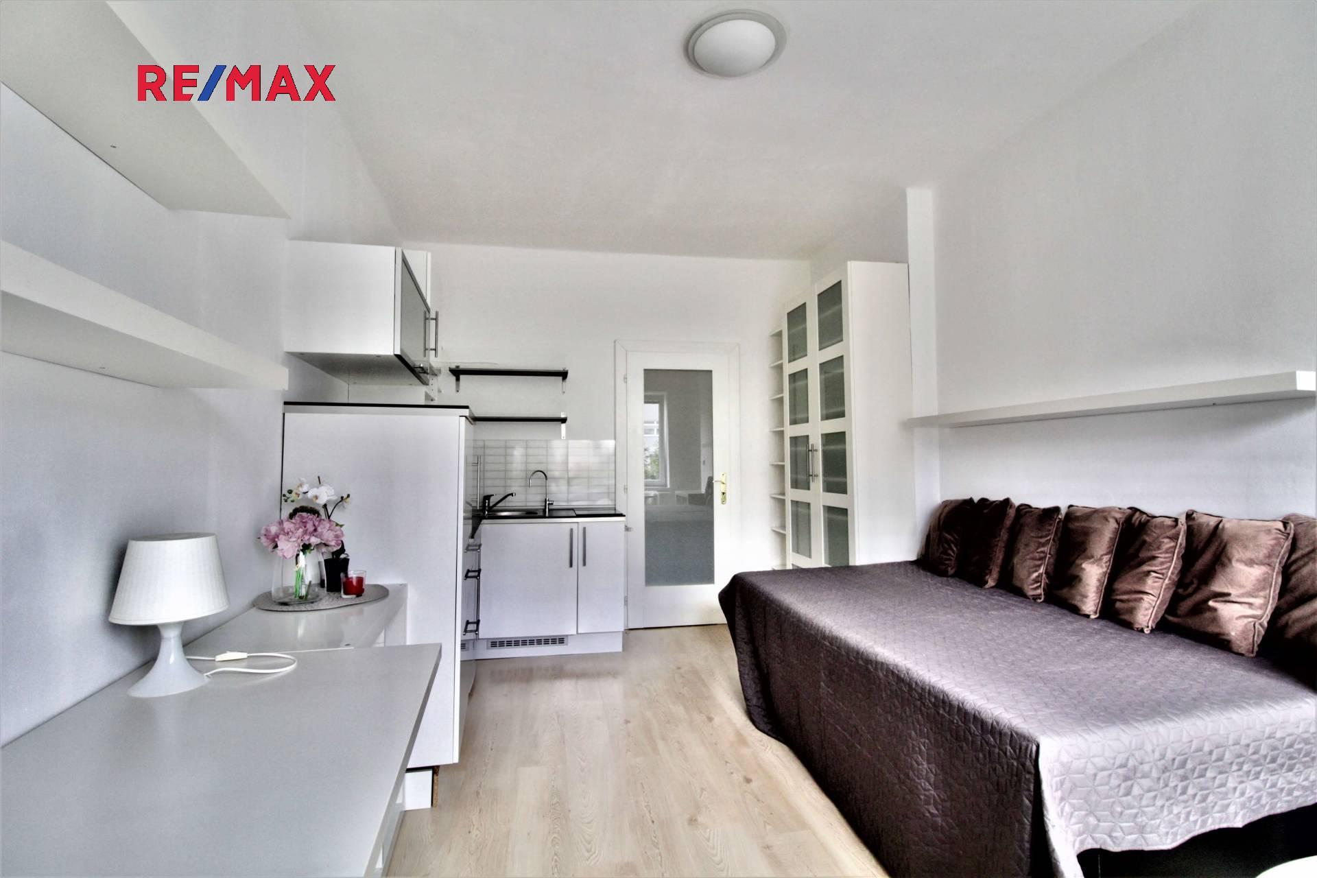 Hlavní místnost s kuchyňským koutem