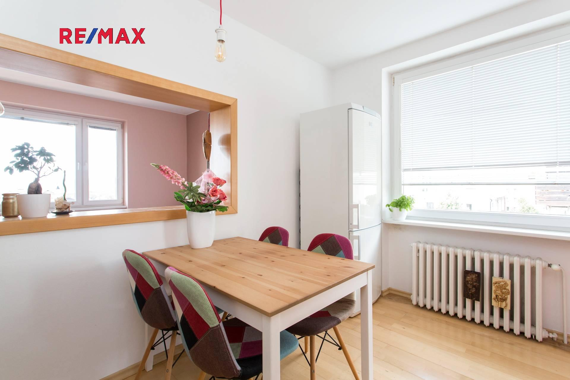 Kuchyně s oknem do obývacího pokoje