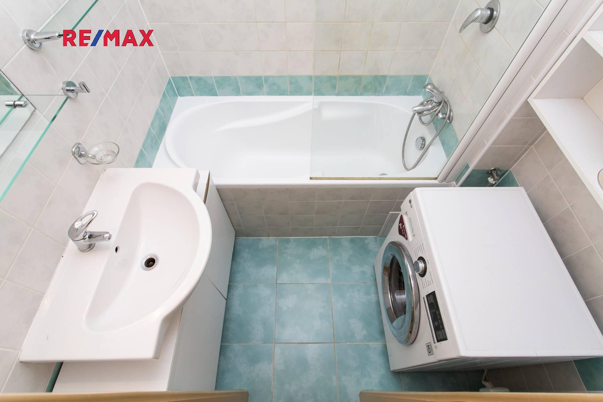 Koupelna s vanou a sprchovou zástěnou