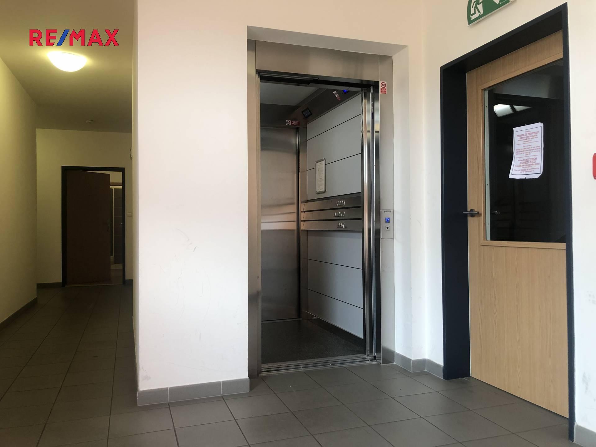 Pronájem bytu 1+kk, 34 m2, Praha 12 – Kamýk
